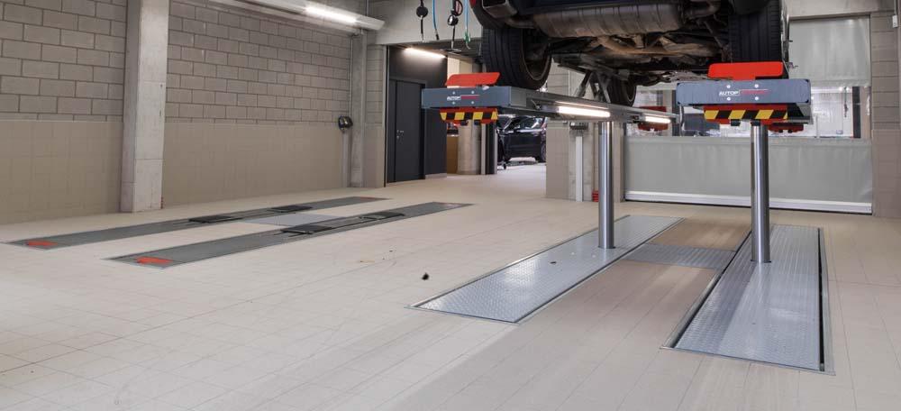 <p>Voertuigreceptie uitgerust met <strong>AutopStenhoj</strong> <strong>Profilift</strong> hefbruggen met rijbanen + wielvrijsysteem.<br />De rijbanen verzinken in de vloer waardoor een vlakke vloer ontstaat wat onbelemmerd oprijden toelaat.<br />Wanneer de hefbrug in gebruik is worden de vloeruitsparingen via een automatisch volgsysteem gevuld en ontstaat er een vlakke en veilige werkvloer.</p>
