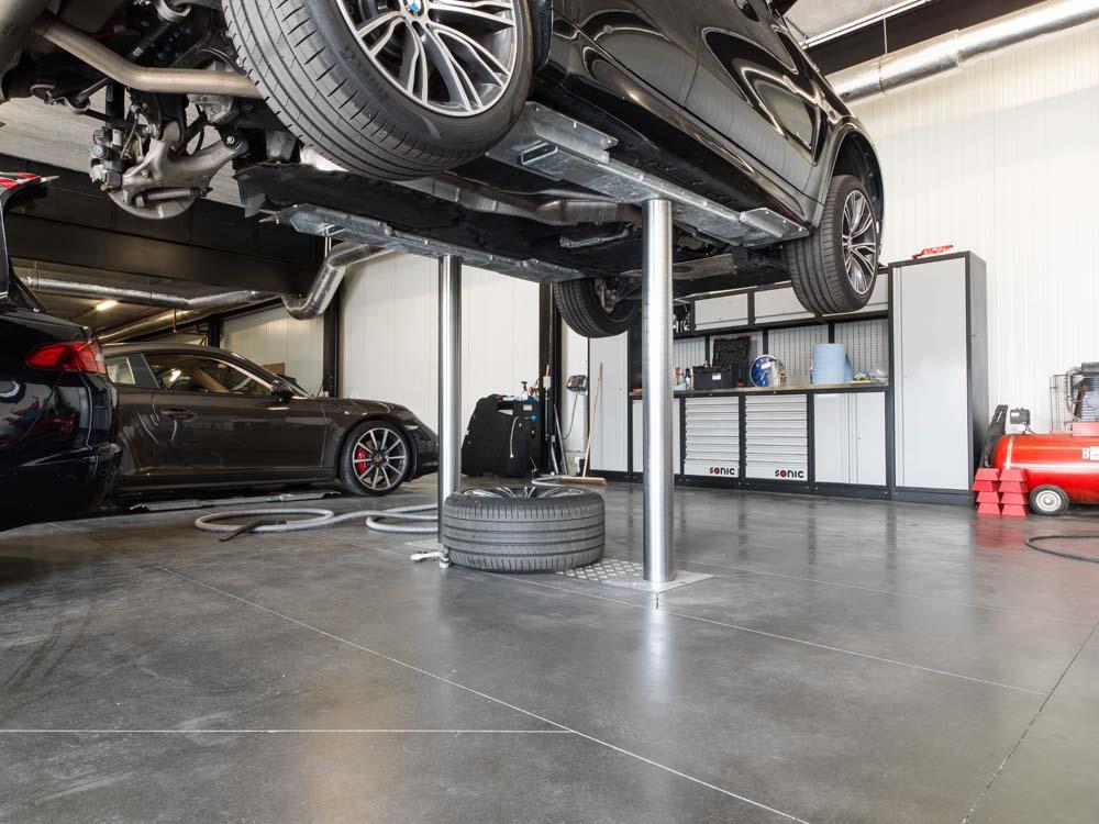 <p><strong>AutopStenhoy</strong> hefbruggen Masterlift 3,5 T.<br />Met opnamechassis, in de lengte regelbaar en alzo geschikt voor een correcte en veilige opname van de meerderheid van personenauto's.</p>