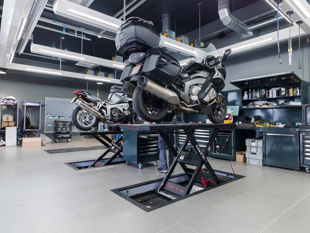 <p>Motohefbruggen van <strong>Bike Lift</strong>. <br />In de vloer verzonken waardoor probleemloos oprijden, ook met zware motoren.</p>