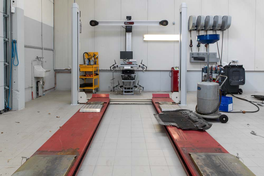 <p>De <strong>Stertil Koni</strong> 4-palenhefbrug en de <strong>John Bean</strong> 3D wieluitlijner komen eveneens uit de vroegere werkplaats.</p>
