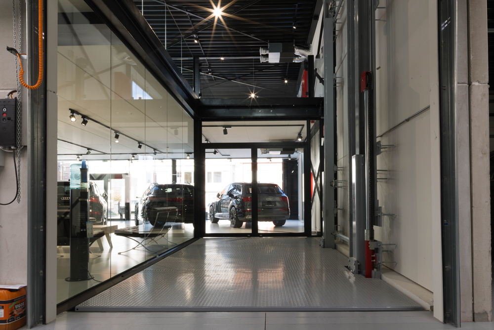 <p><strong>Omer</strong> hydraulische autolift 3 T<br />Met 3 stopplaatsen - plateau 5,6 x 3,0 m</p>