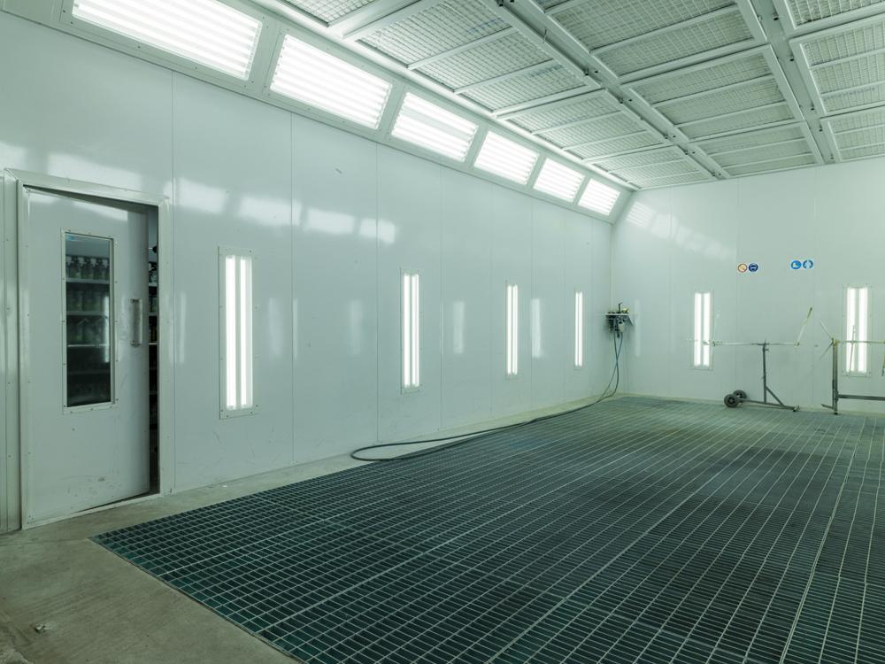 <p>Plafondverlichting - 12 armaturen met elk 6 x 18 W LED<br />Wandverlichting - 10 armaturen met elk 2 x 8 W LED</p>