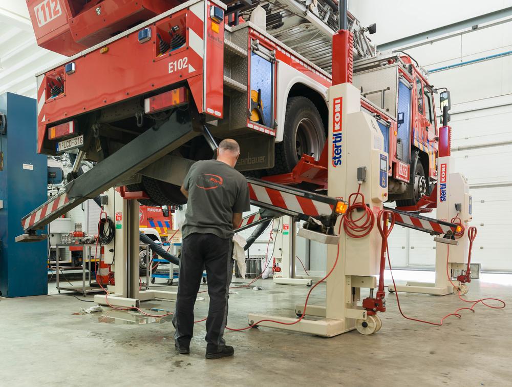 <p><strong>Stertil Koni</strong> en het ebright Smart Control System<br /> De asbelastingen van brandweervoertuigen zijn heel verschillend!<br /> Het ebright systeem registreert de starthoogte van de kolommen en zorgt dat gedurende hef- en daalbewegingen dit niveau behouden wordt zodat de stabiliteit nooit in het gevaar komt.</p>