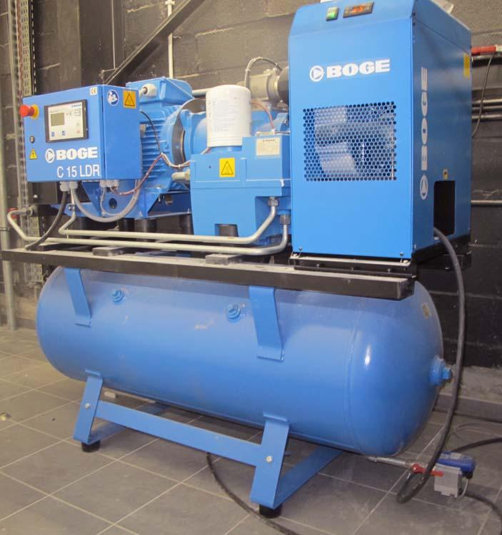 <p><strong>Boge</strong> - duitsdegelijke schroefcompressor 15 PK en persluchtdroger gemonteerd op een 350 l horizontale tank.</p>
