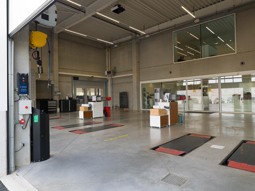 <p><strong>AutopStenhoj<br /> </strong>In Directe Receptie/ Quick service - 3 schaarhefbruggen 3,5 ton - verzonken opgesteld waardoor oprijden geen obstakel vormt.</p>