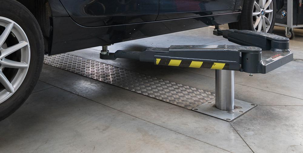 <p><strong>AutopStenhoj</strong> - Masterlift 2.35 Saa 230 - opnamestructuur welke voertuigen via de krikpunten opneemt en de onderzijde vrijlaat.</p>