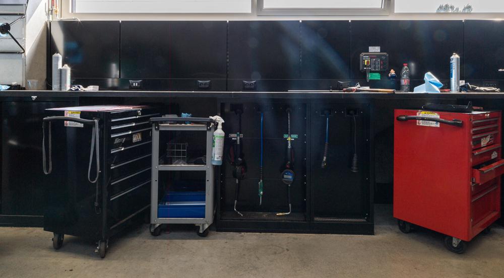 <p><strong>Magrini</strong> werkplaatskasten waarin slangoprollers voor verdeling van oliën en vloeistoffen zitten verwerkt</p>