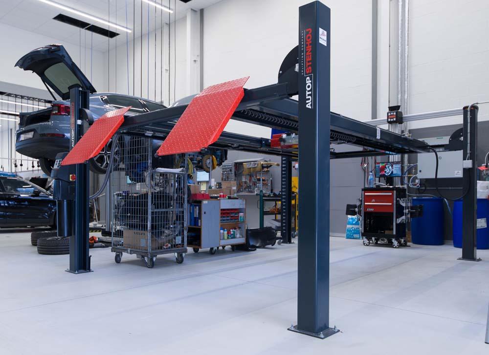 <p><strong>AutopStenhoj</strong> 4-palenhefbrug 4 ton voorzien van uitusting voor wieluitlijning.<br /> <strong>John Bean</strong> 3-D wieluitlijner.</p>