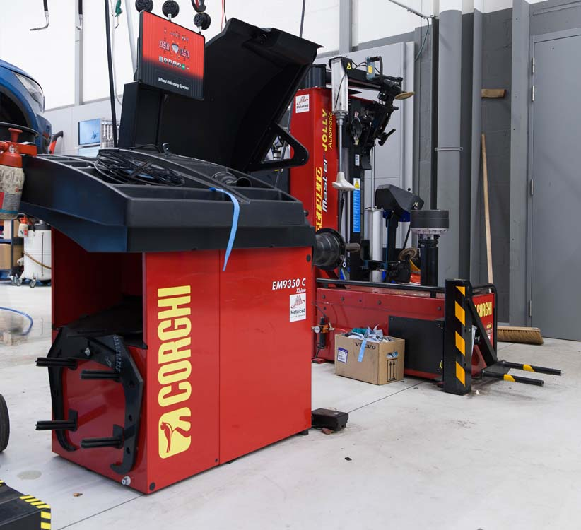 <p><strong>Corghi</strong> - professionele bandenserviceapparatuur.<br /> Wielbalancer EM 9350 C<br /> Bandenwisselaar Master Jolly Automatic met wiellift en pneumatische hieldrukker - geschikt voor elke type velg en band.</p>