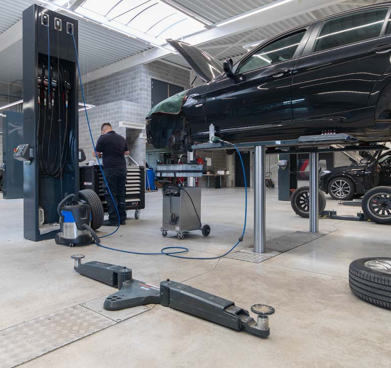 <p><strong>AutopStenhoj</strong> duo-zuigerhefbruggen.<br /> Masterlift 2.35 Saa 230 Sport met extra lage opnamehoogte.<br /> Masterlift 2.35 Pv 170-240 (BMW versie). Gemonteerd in brede cassettes waardoor andere hefbrugtypes, voor bv full elektrische voertuigen, erin kunnen worden geplaatst.</p> <p>De zuilen tussen 2 hefbruggen bevatten de verdeling van oliën, vloeistoffen en energie alsook de bedieningen van de hefbruggen.</p>