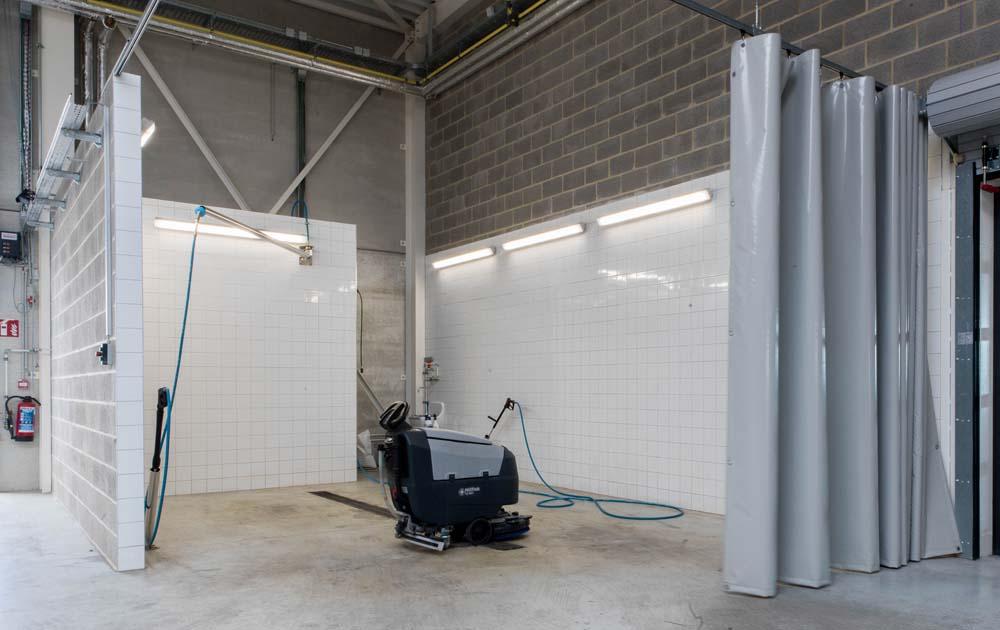 <p>Wasplaats met zwenkarm.<br /> <strong>Nilfisk</strong> vloerreiniger - versie met batterijen.</p>