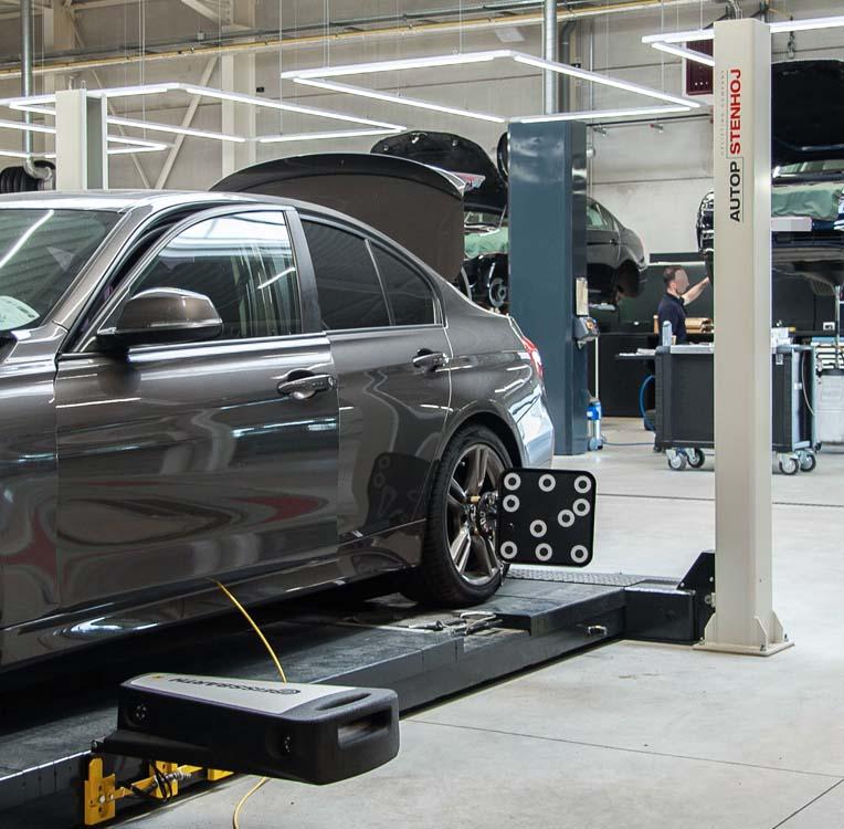<p><strong>AutopStenhoj</strong> Major 4030 -44 WL DLX - 4-palenhefbrug - versie conform BMW richtlijnen.<br /> <strong>Beissbarth</strong> 3D wieluitlijner.</p>