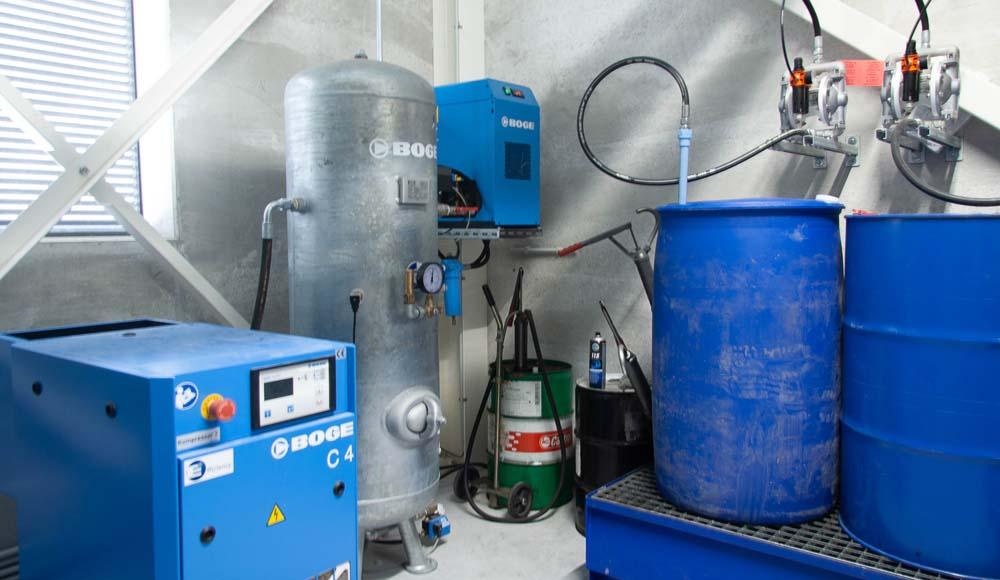 <p><strong>Boge</strong> schroefcompressor 4PK - 10 bar met separate verticale 270 l tank.<br /> <strong>Boge</strong> persluchtdroger en voorfilter.</p>