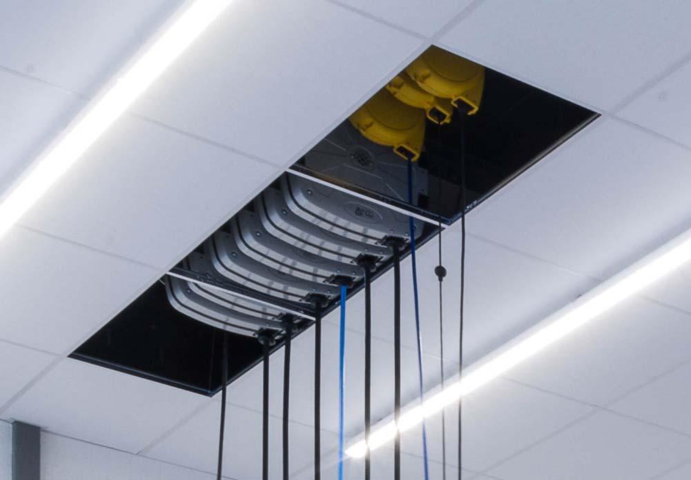 <p>Producten- en energieverdeling, telkens gemonteerd tussen 2 werkplaatsen en geïntegreerd in het vals plafond.</p>